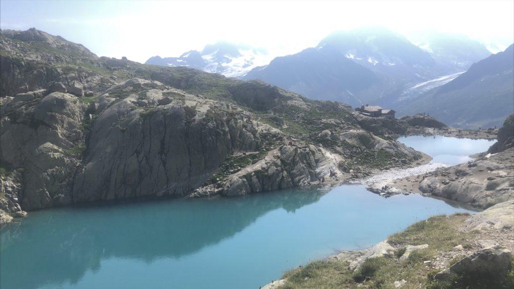 Lac dans les hautes - Alpes. Montagne avec de la neige et soleil