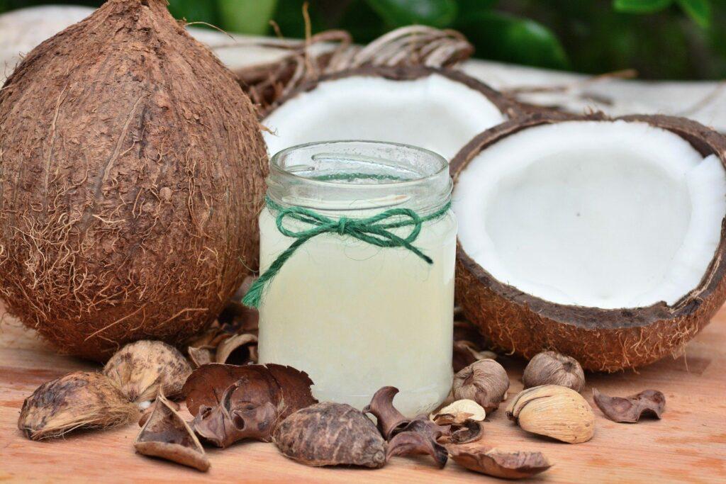 Noix de coco, une noix de coco fermé et une ouverte